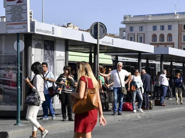 Lunghe attese al capolinea dei bus a Termini (LaPresse)