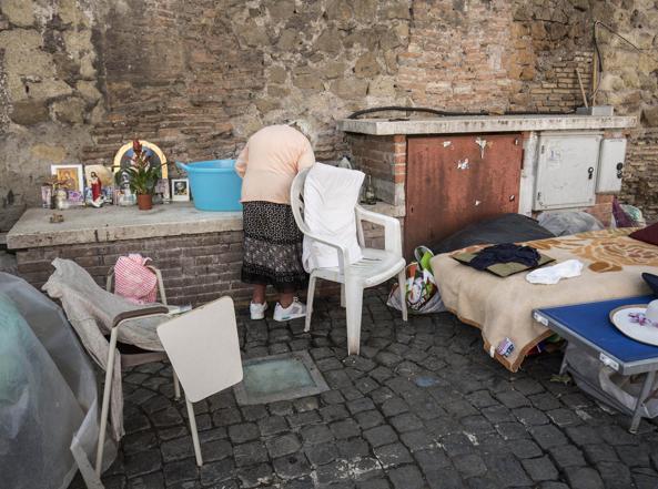 Troppi clochard in Vaticano, Gendarmeria li allontana. Papa