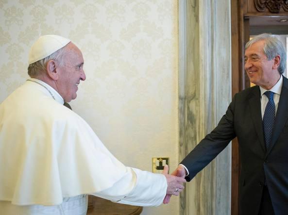Papa Francesco e Libero Milone in una foto dell'aprile 2016 (Reuters)