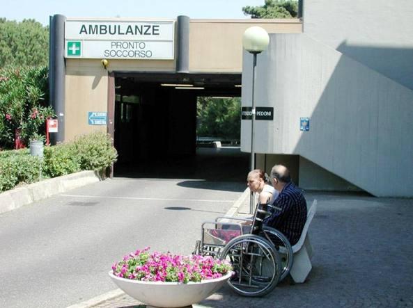 Accusa malore e si schianta contro muro di cinta dell'ospedale, morto 66enne