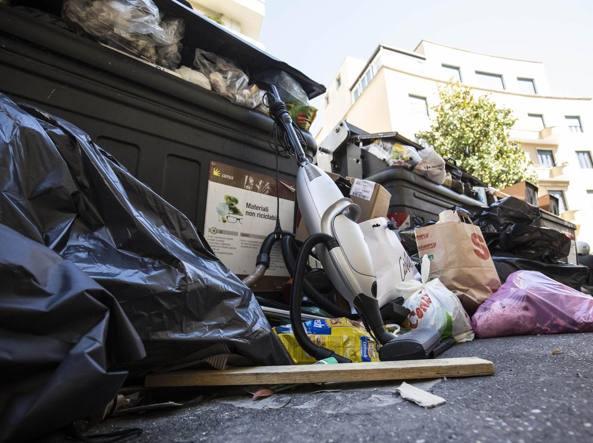 Cassonetti pieni di rifiuti, qualche mese fa, in via Archimede ai Parioli (LaPresse)