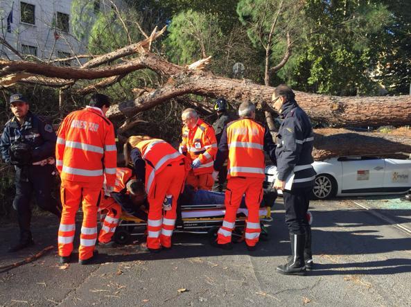 Le fasi del soccorso al tassista in piazza delle Cinque Giornate (foto Proto)