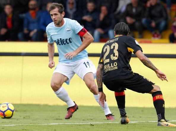 Lulic, a sinistra, in azione a Benevento (Afp)