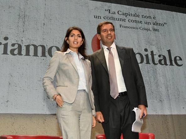La sindaca Virginia Raggi con il presidente dell'Acer Nicolò Rebecchini (LaPresse)