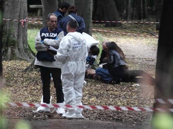 Agenti della Scientifica sul luogo del delitto (foto Proto)