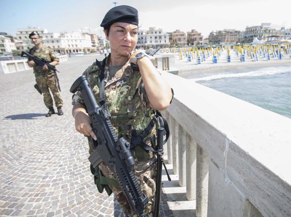 Soldati l'estate scorsa di guardia sul lungomare di Ostia