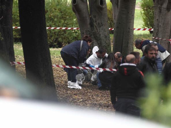 Polizia scientifica in azione all'Eur per il delitto della trans (foto Proto)