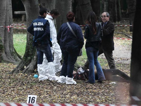 Rilievi della Scientifica all'Eur dove è stata uccisa la trans (foto Proto)