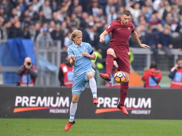 Un'immagine del derby Lazio-Roma del 2016 (LaPresse)