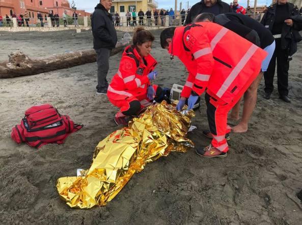 Ostia, si getta in mare per suicidarsi: salvato da due vigili urbani