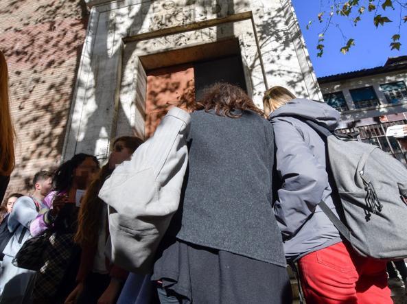 L'ingresso del liceo Virgilio in via Giulia (foto Lapresse)