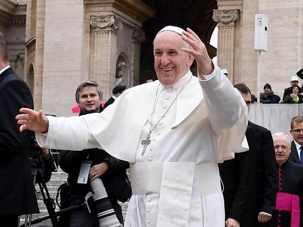 Papa: l'omissione e' di moda, lottare contro tutte le povertà fa bene