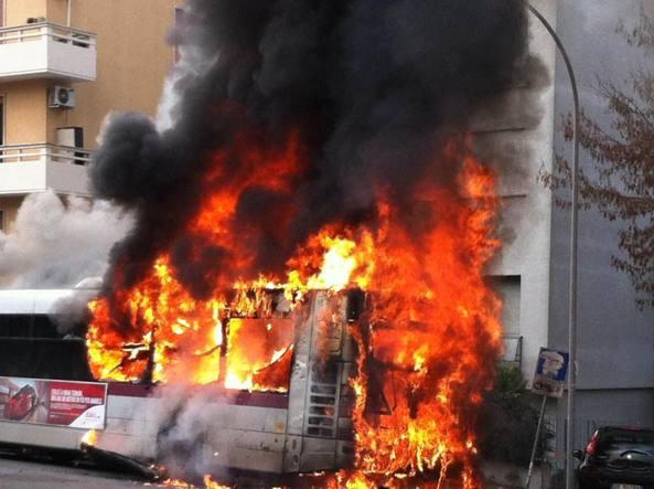 Bus di linea in fiamme a Roma