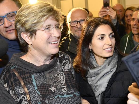 Giuliana Di Pillo con la sindaca Raggi al Municipio di Ostia (LaPresse)