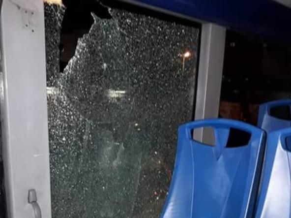 Il finestrino in frantumi e il posto occupato dalla passeggera ferita