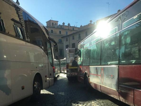 I pullman in piazza Venezia: bloccati anche i mezzi pubblici (da Facebook)