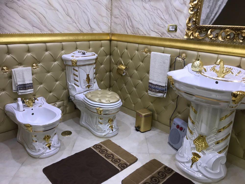 Roma bagni d oro e interni barocchi nella casa occupata for Bagni interni case