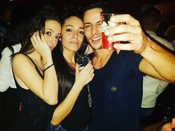 Claudio Febbi a una festa con due delle tre ragazze rimaste ferite mercoledì