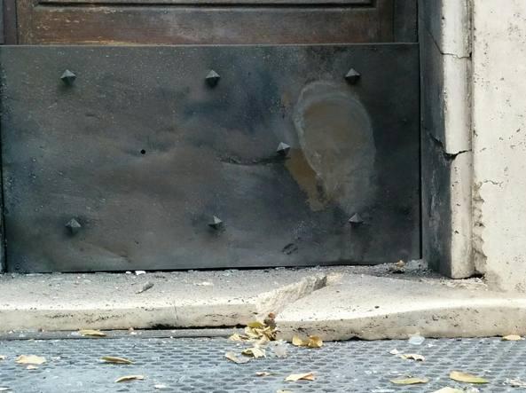 L'ordigno che esplode davanti alla stazione dei Carabinieri di San Giovanni