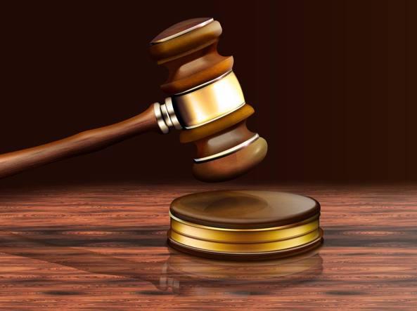 Picchia e violenta la figlia: arrestato 48enne