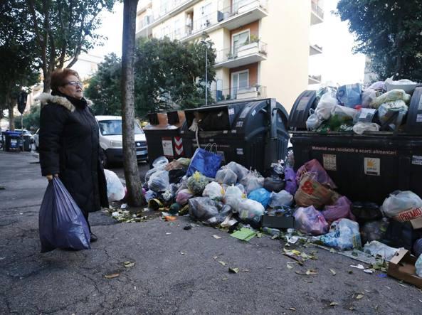 Ecco in che condizioni sono i cassonetti in via Dulceri, a Torpignattara