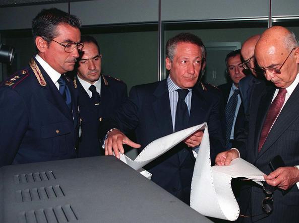 Rino Monaco (al centro), questore di Roma nel '97, con l'allora ministro dell'Interno Giorgio Napolitano e, a sinistra, il dirigente della sala operativa Antonio Del Greco