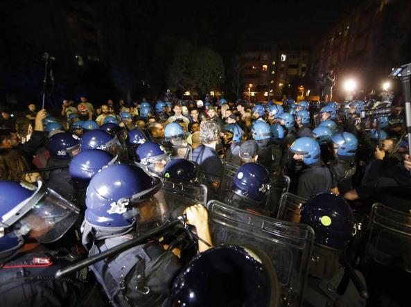 Un momento delle rivolte anti-migranti dell'estate scorsa al Tiburtino III