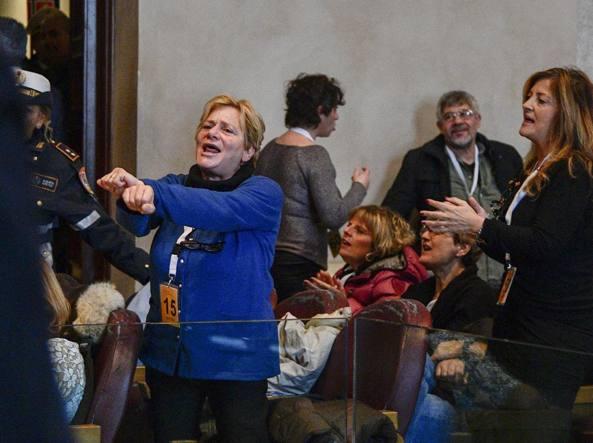 Le proteste dei lavoratori di Multiservizi in aula Giulio Cesare (LaPresse)