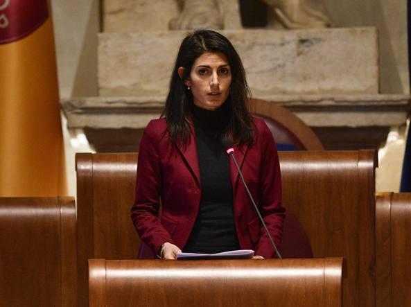 La sindaca Raggi interviene in aula per votare la modifica dello statuto di Roma Capitale (LaPresse)