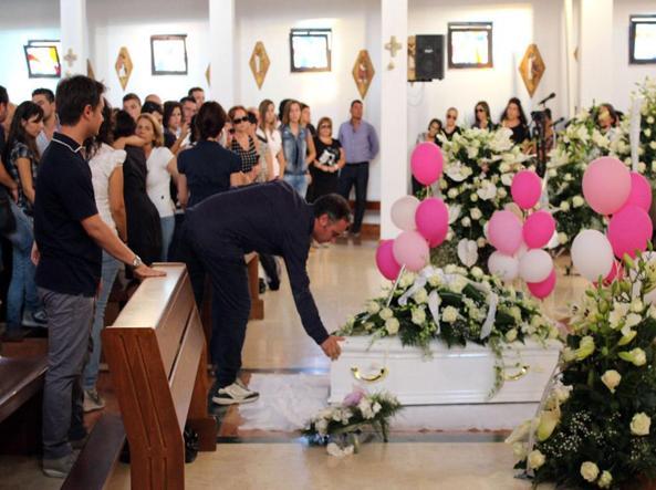 I funerali della piccola Gloria Ascia nel settembre 2013 (foto Proto)