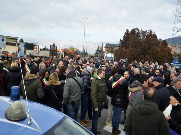 La protesta dei sindaci al casello de L'Aquila (Mariozzi)