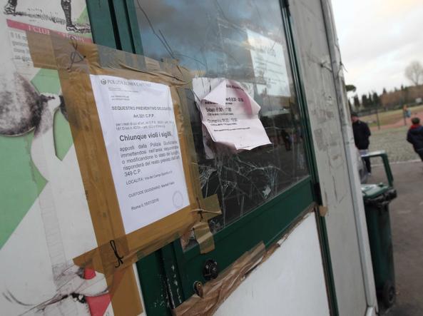 Il container sequestrato all'ingresso del «Paolo Rosi» (foto Proto
