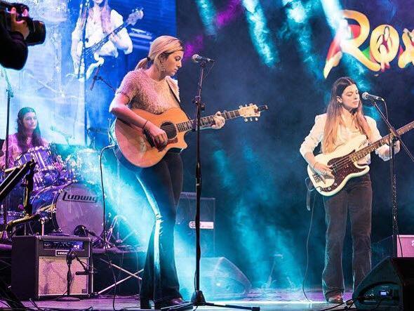 Da sinistra Elettra (batteria), Salomè (chitarra) e Rebecca (basso) Orlandi in scena