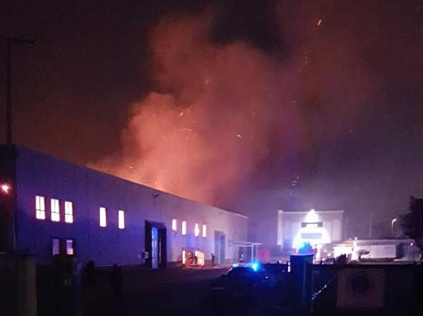 Ancora uno spaventoso incendio in un capannone a Pomezia