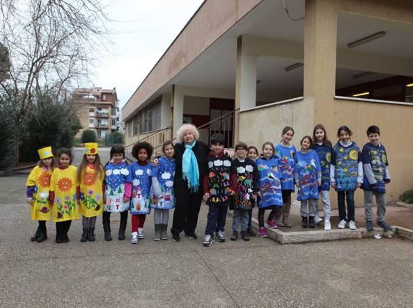 Anita Cocciante in mezzo ai bambini della scuola elementare a Talenti