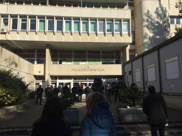 Il cordone di poliziotti davanti al tribunale (Frignani)