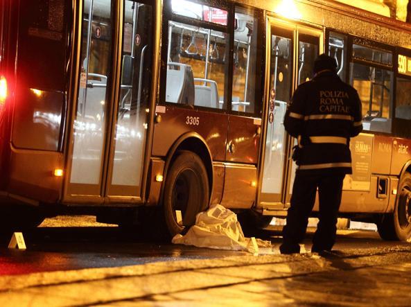Roma, bus Atac investe e uccide una donna in piazza Risorgimento