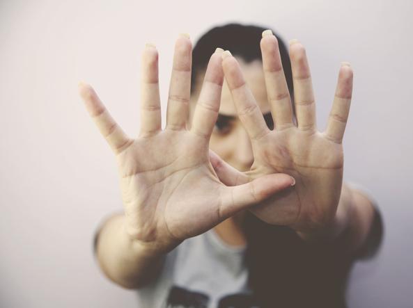 Abusi sessuali su allieve minorenni, in manette un insegnante 65enne