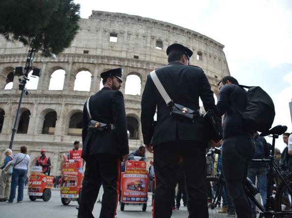 Via Crucis, 20 mila fedeli al Colosseo con il Papa