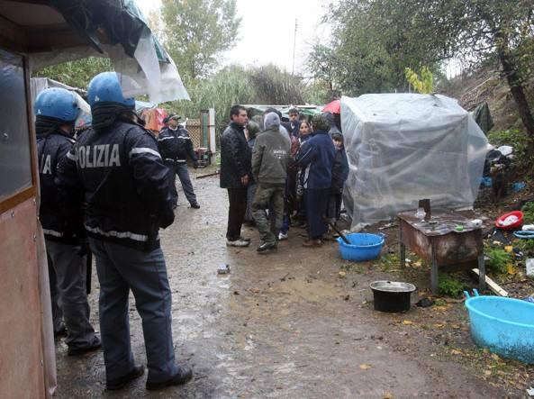 Rom difendono i ladri nel campo, poliziotti aggrediti